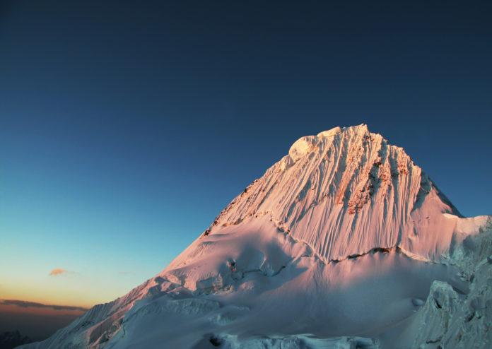 Der Gipfel des Alpamayo im Abendlicht