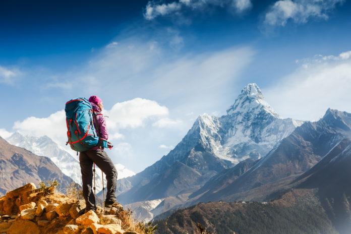Wanderer mit der Ama Dablam im Hintergrund