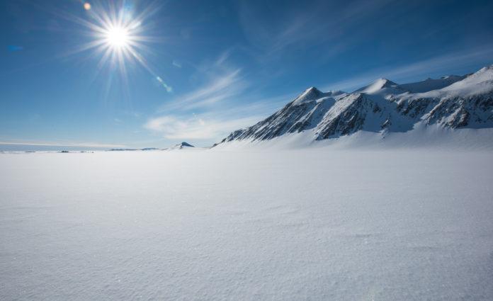 Das Vinson Massiv in der Antarktis bei Sonnenschein
