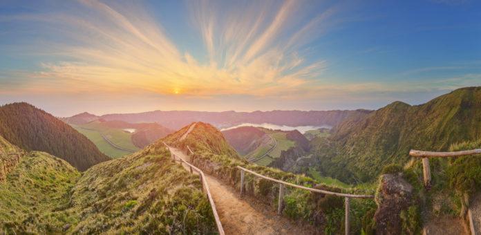 Wanderweg auf den Azoren bei Sonnenuntergang