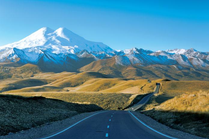 Der Elbrus in Russland mit Straße im Vordergrund
