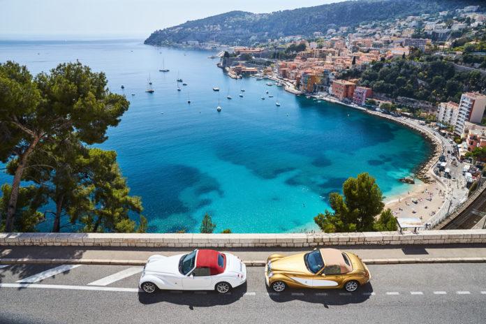 Zwei schöne Autos entland der Französischen Riviera