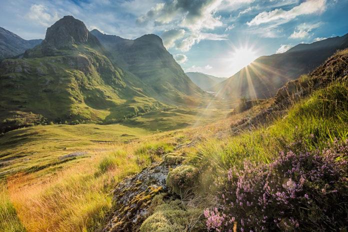 Glen Coe bei Sonnenaufgang und Morgenstimmung