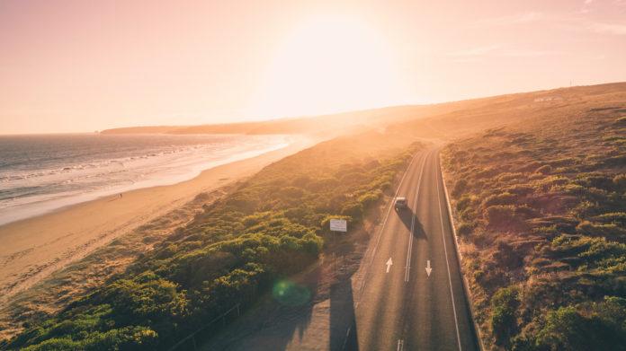 Luftaufnahme von der Great Ocean Road bei Sonnenuntergang