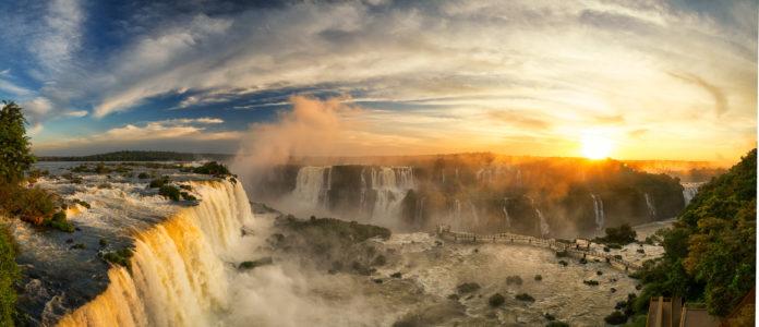 Panorama von den Iguazú Wasserfälle bei Sonnenuntergang
