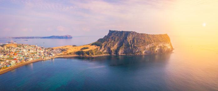 Luftaufnahme der Insel Jejudo bei Sonnenuntergang