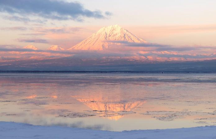 Vulkan im winterlichen Kamtschatka im Abendrot