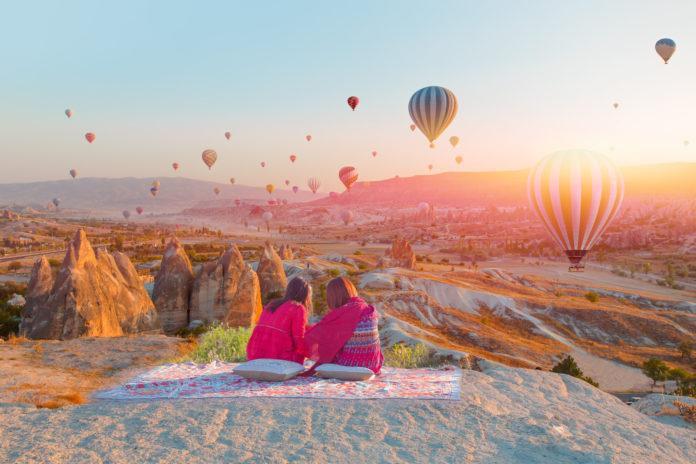 Zwei Touristen bei Sonnenuntergang in Kappadokien