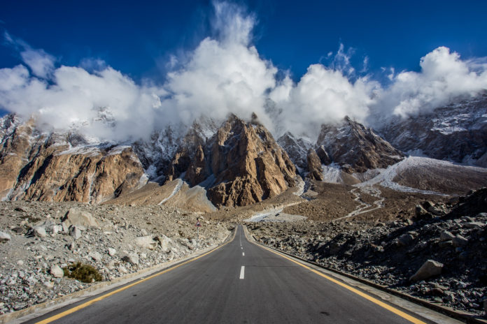 Der Karakorum Highway in Pakistan mit mächtigem Bergpanorama