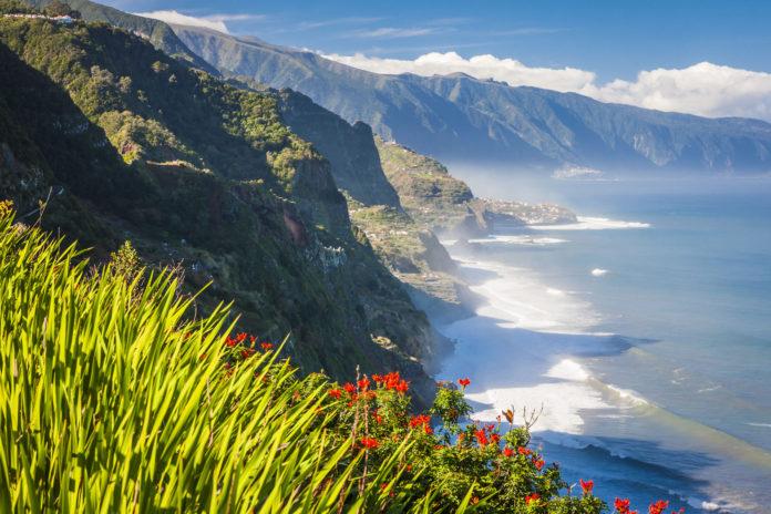 Klippen mit Meer an der Küste von Madeira