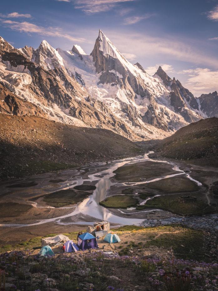 Zelte vor dem spitzen Laila Peak