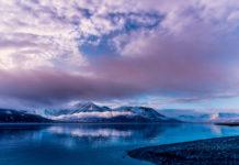Landschaft von Spitzbergen in Blau und Violett
