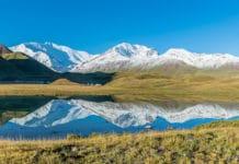 Der Tulpar Kol See mit dem Lenin Peak im Hintergrund