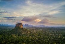 Der berühmte Lion Rock in Sigiriya auf Sri Lanka bei Abendstimmung