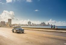 Oldtimer auf dem Malecón in Havanna