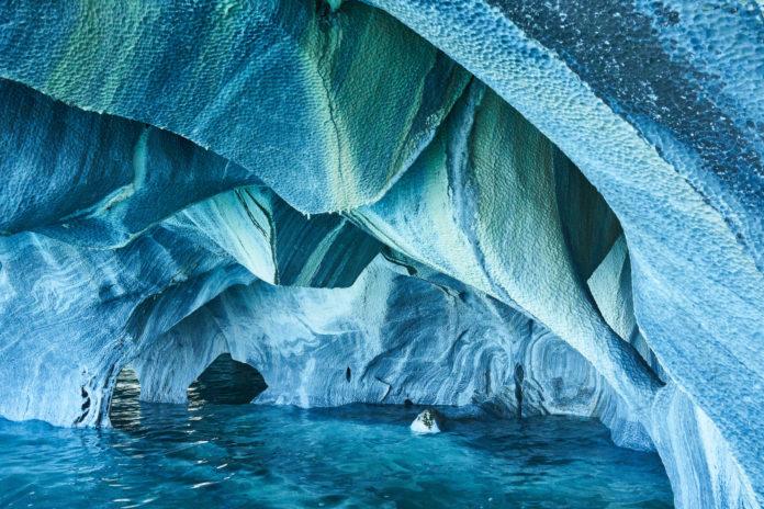 Die bunten Marble Caves mit türkisem Wasser
