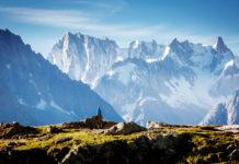 Das Massiv des Mont Blanc mit Wanderer im Vordergrund