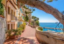 Gasse neben dem Meer in Monte Carlo