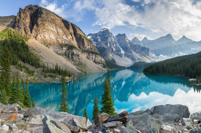 Der Moraine Lake mit Bergpanorama