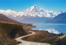 Mount Cook mit Straße im Vordergrund