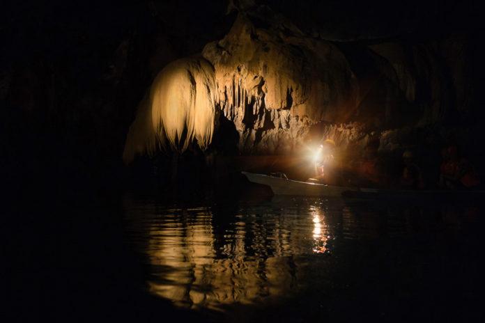 Boot mit Lambe im Puerto Princesa Subterranean River National Park