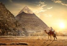 Nomade vor den Pyramiden von Gizeh bei Sonnenuntergang