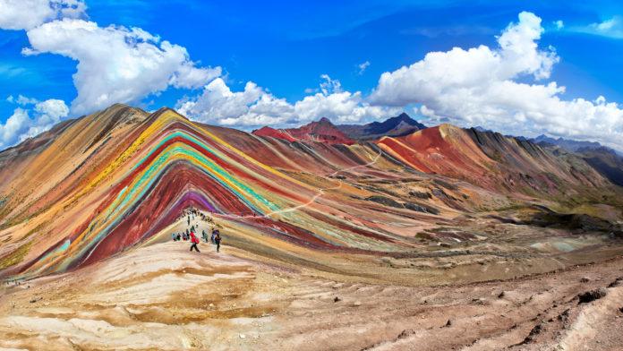 Touristen vor den Regenbogenbergen in Peru