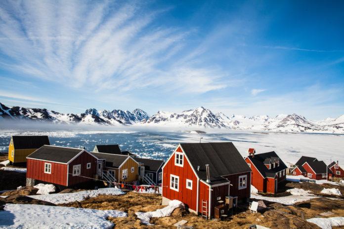 Rote Häuser im grönländischen Kulusuk