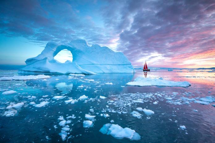 Segelboot in der Polarnacht in der Disko Bay