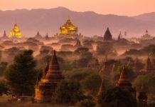 Die Bagan Ebene in Myanmar mit Nebel