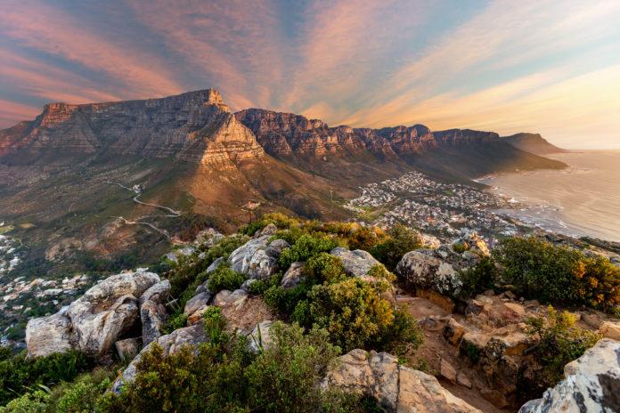 Sonnenuntergang in Kapstadt mit dem Tafelberg im HIntergrund