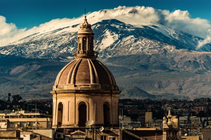 Kathedrale Catania mit Ätna im Hintergrund