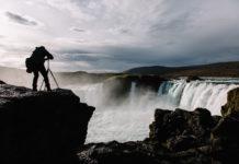 Fotograf vor dem Godafoss Wasserfall