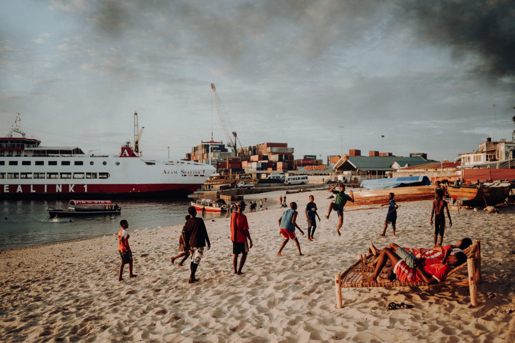 Strandszene am Hafen von Stone Town