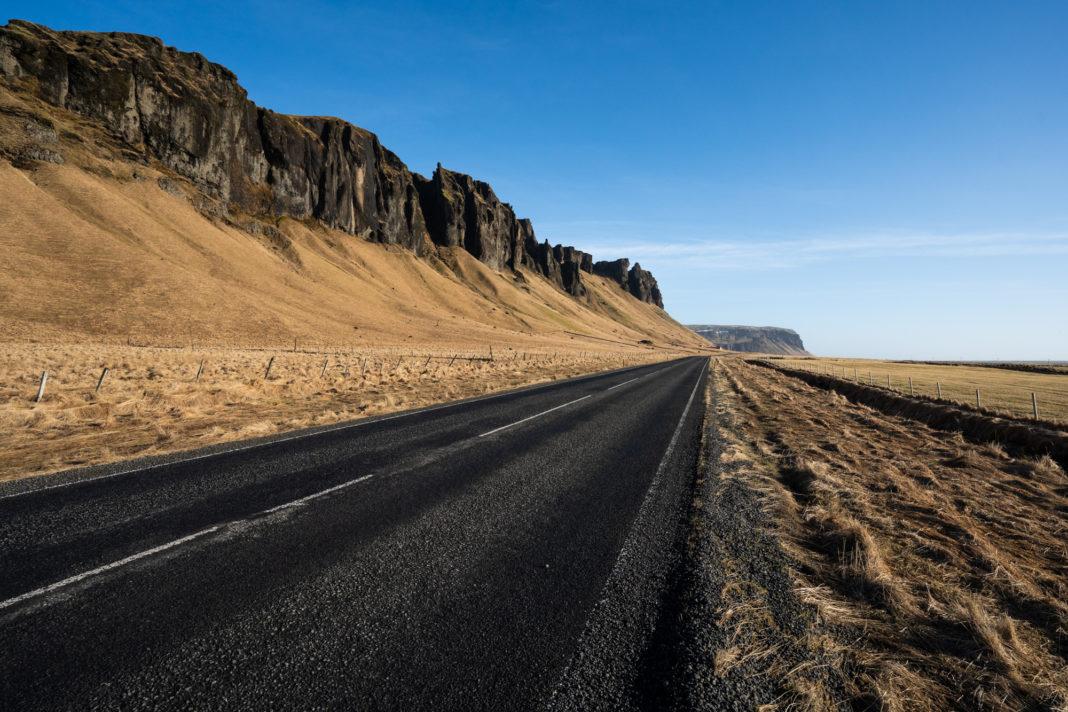 Die Ringstraße in Island im Februar bei schönem Wetter