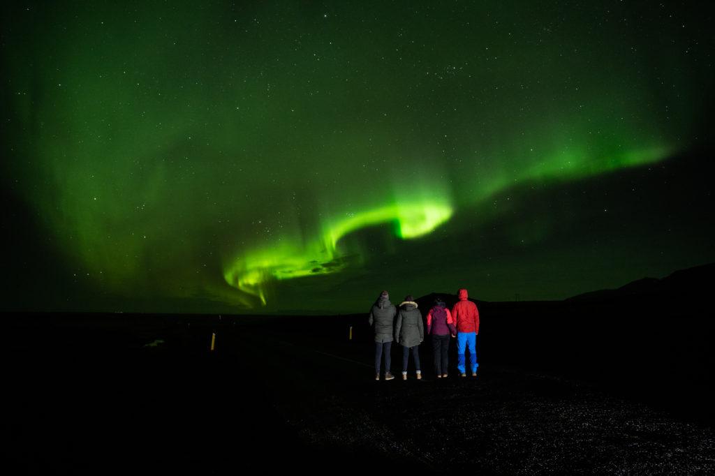 Nordlichter in Island mit Touristen