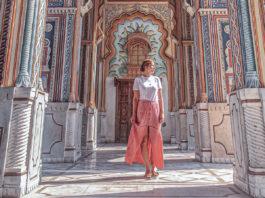 Frau vor Patrika Gate in Jaipur