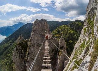 Die Hängebrücke im Drachenwand Klettersteig mit Kletterer