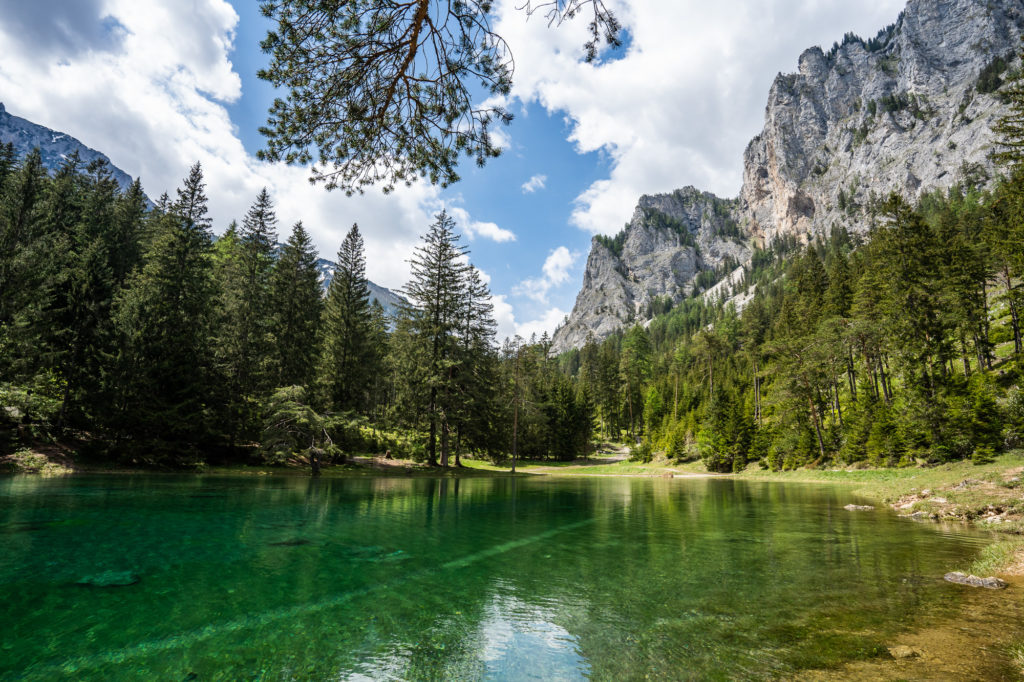 Der Grüne See in der Steiermark mit Bergen im Hintergrund