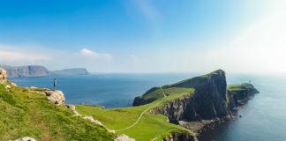 Mädchen mit Kamera am Neist Point auf der Isle of Skye