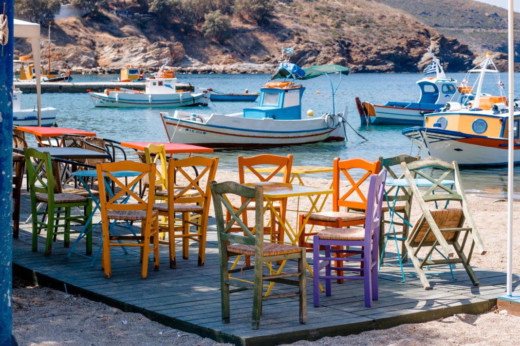 Bunte Sessel am Hafen von Fourni