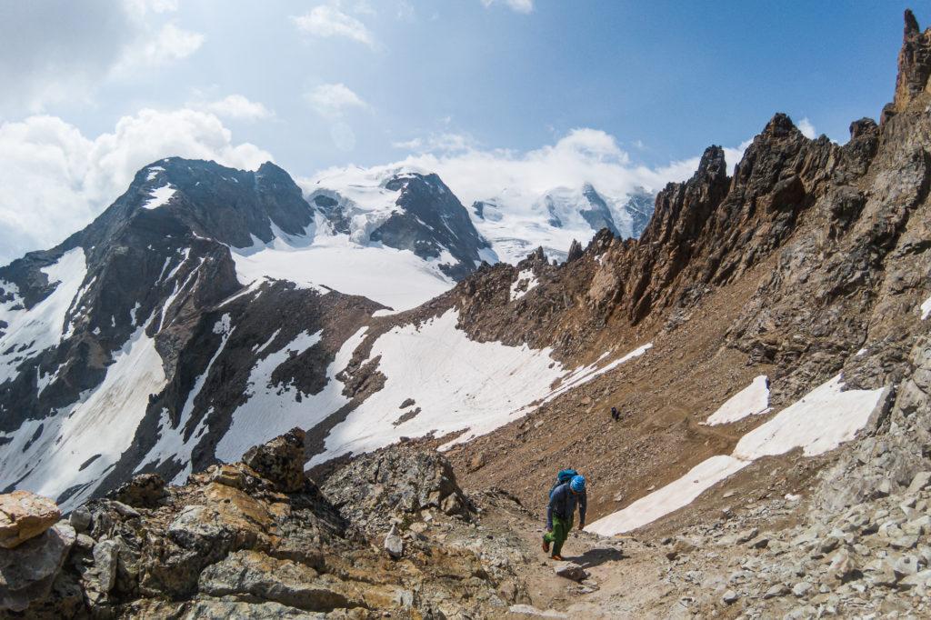 Bergsteiger am Weg zur Bergstation der Diavolezza Seilbahn