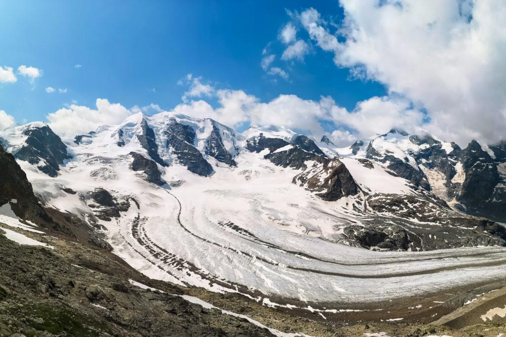 Blick auf die Bernina Gruppe von der Bergstation der Diavolezza Seilbahn