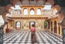 Frau in Palast in Udaipur